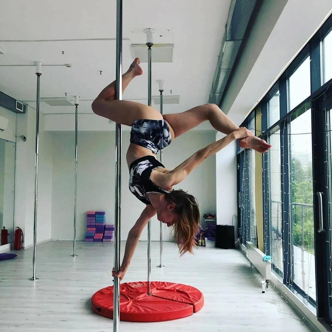 Танцы на пилоне: пол дэнс для начинающих, трюки, крутки, стрипластика, гимнастика на шесте
