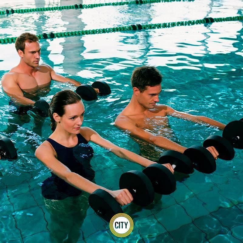 Принимаем водные процедуры: аквааэробика— польза и противопоказания для осанки и мышц, а также комплекс упражнений для беременных